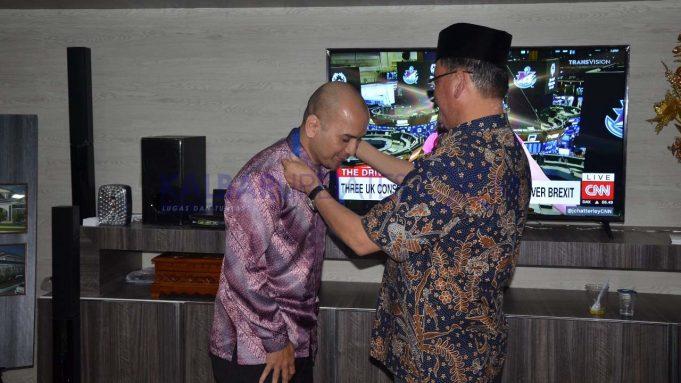 Description: C:\Users\Hp\Downloads\Rector Universitas Tanjungpura mengalungkan tanda pengenal kepada salah satu peserta program akselerasi Doktor dan Guru Besar.jpg